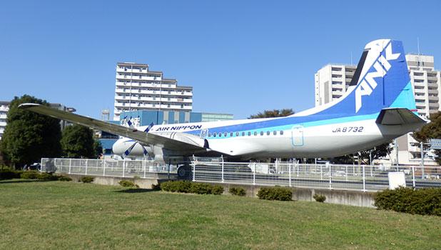 航空公園駅前には飛行機が
