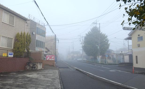 家を出るとそこは霧の世界