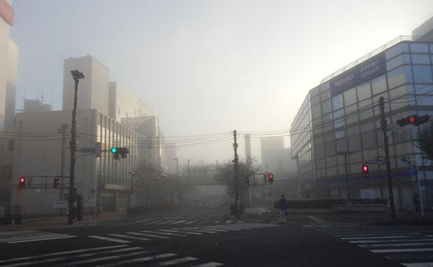 駅も霧で見えない